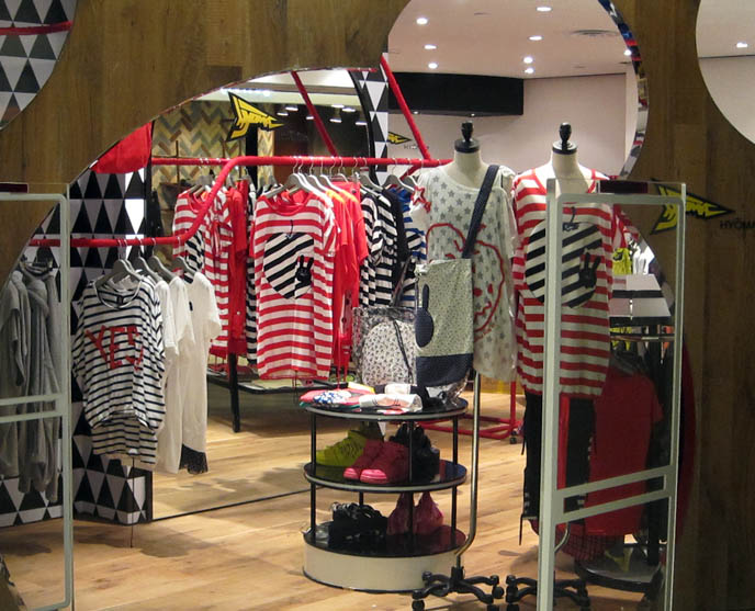 Travel : Clothing Store in Singapore - Pics, Pictures, Photos