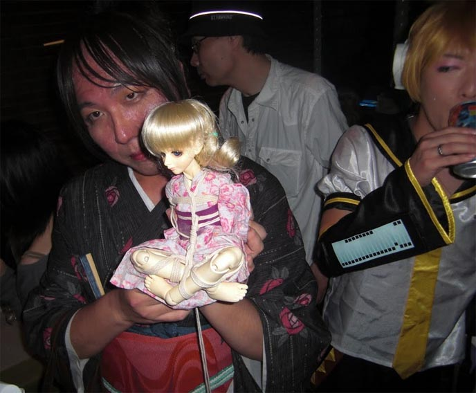 WEIRDEST FETISHES AT JAPANESE CLUB NIGHT: TOKYO KINK ALTERNATIVE PARTY, DEPARTMENT H. BODY MODIFICATIONS. weird japan, strangest clubs parties, world's weirdest events, japanese fetishes, leather dominatrixes, drag queens, transsexuals, gender bending, extreme piercings, body mods, drag queen fashion, rainbow brite