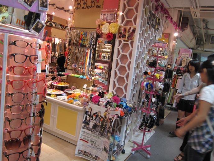 cute gothic lolita girls, harajuku clothes, gothic lolita clothing, shopping cute sweet loli, laforet harajuku, angelic pretty, putumayo, super lovers, gothic lolita bible scans, kawaii accessories, hair bows, cute necklaces, harajuku style, tokyo street fashion, japanese youth subcultures