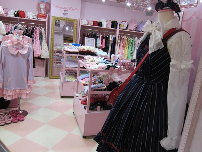 cute gothic lolita girls, harajuku clothes, gothic lolita clothing, shopping cute sweet loli, laforet harajuku, angelic pretty, putumayo, super lovers, gothic lolita bible scans, kawaii accessories, hair bows, cute necklaces, harajuku style, tokyo street fashion, japanese youth subcultures
