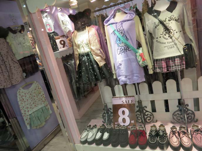 pastel goth clothes, pastel gothic fashion, fairy kei, pastel goths, hong kong fashion bloggers, fashion blog, hong kong best shopping, mongkok shops, shopping mall, langham place mongkok, halloween hong kong, fashion blogger, hong kong shopping centers, department stores, new town mall hong kong, it izzue, gothic lolita shops, goth boutiques, hong kong alternative clothes, buying clothing