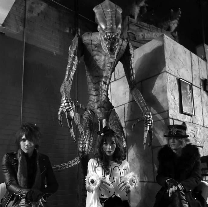 alien statue, monster themed restsaurant, horror theme cafe