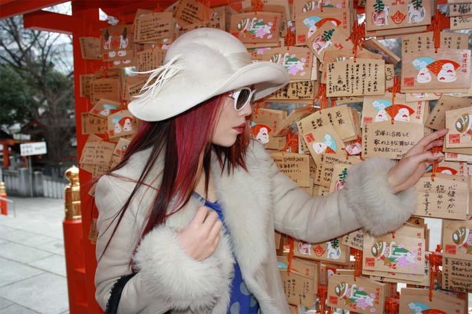 shinto prayer boards, Ema, shinto wooden plaques, 絵馬, shinjuku kabukicho shrine