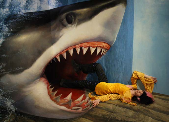 jaws painting, shark attack art, Odaiba Trick Art Museum
