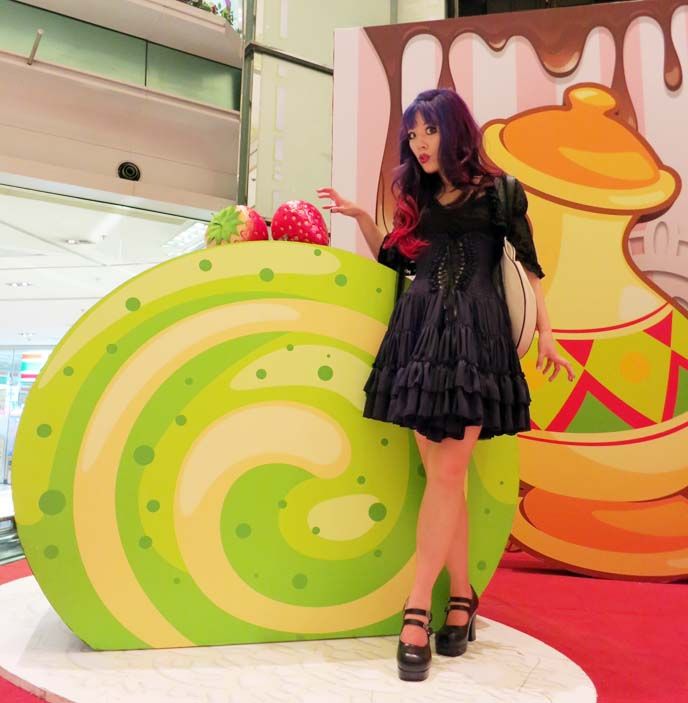 hong kong shopping mall, giant cake