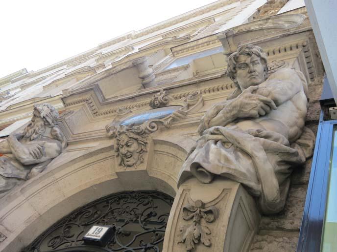 vienna goth building, statues