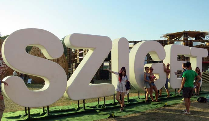 sziget sign, concertgoers