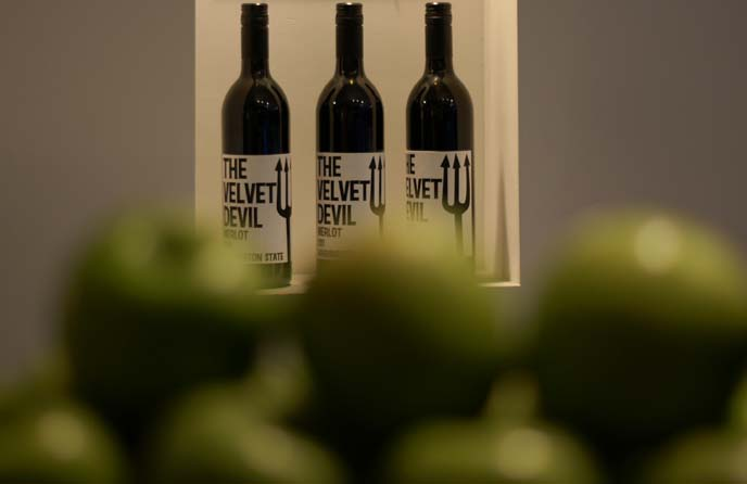 velvet devil wine, apples depth of field
