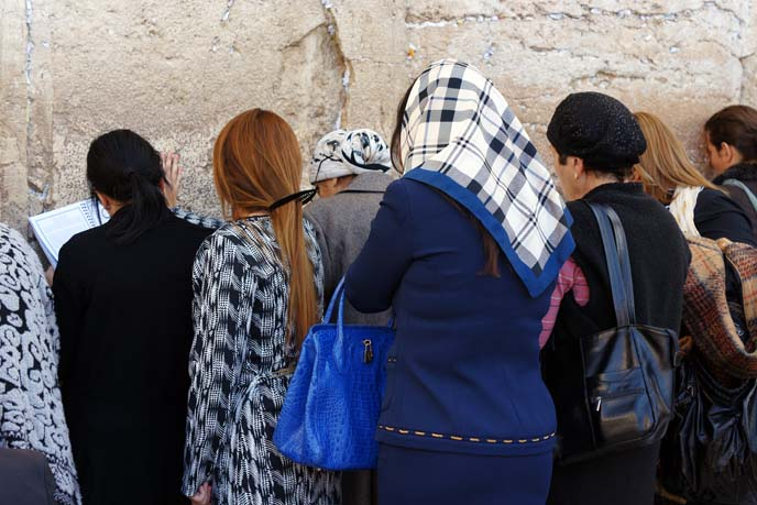 women pray at wailing wall