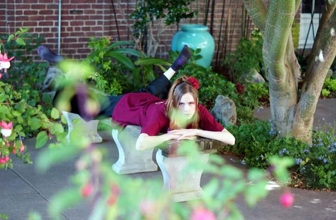 red kimono, buddhist gardening