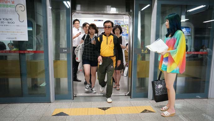 seoul subway doors, passengers