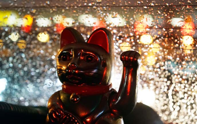 lucky waving cat gold statue