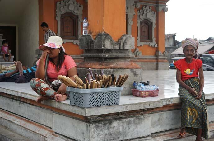 jimbaran temple worshippers
