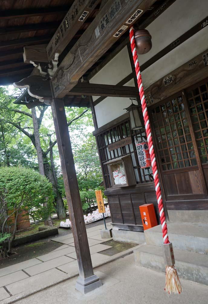 ringing bell gotokuji jinja