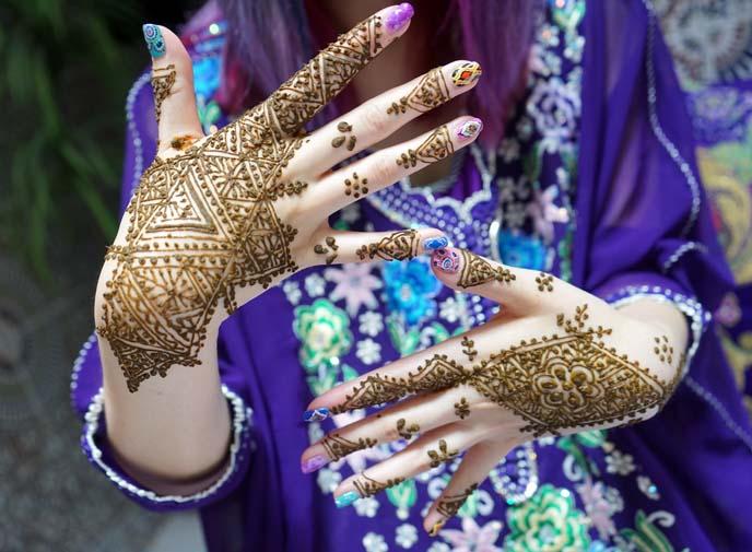 henna dye tattoo on hands