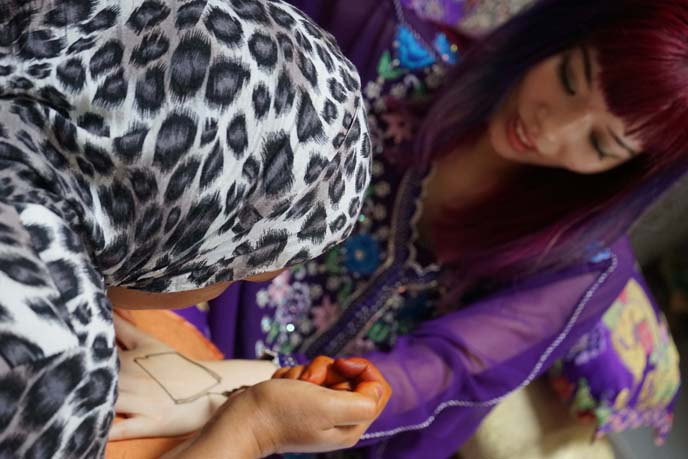 getting henna tattoo hands