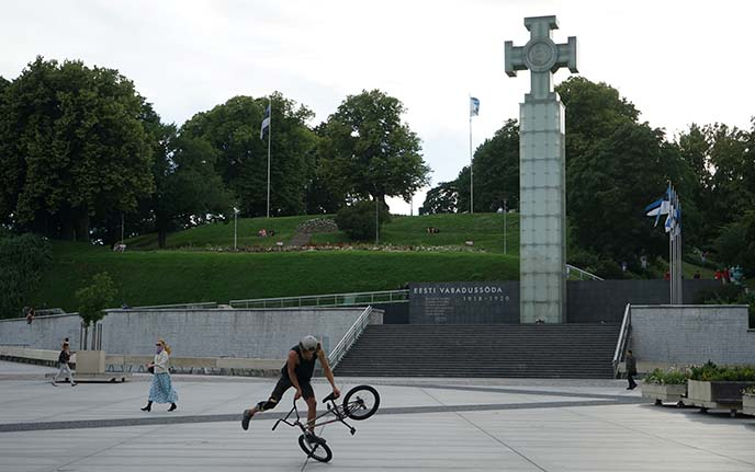 tallinn bicyclist, liberty cross statue