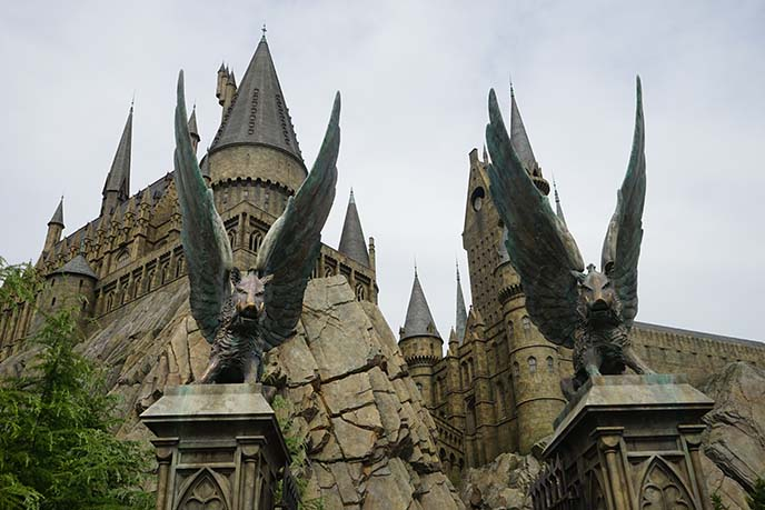 hogwarts entrance winged boar statues