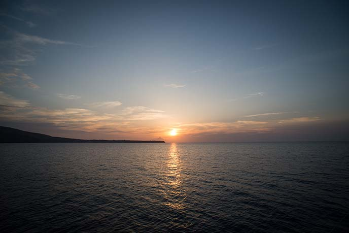sun setting oia santorini