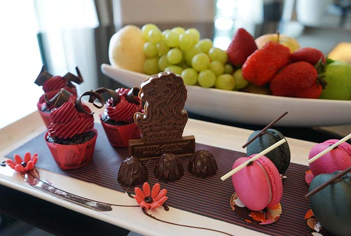 ritz carlton lion chocolates, cupcakes