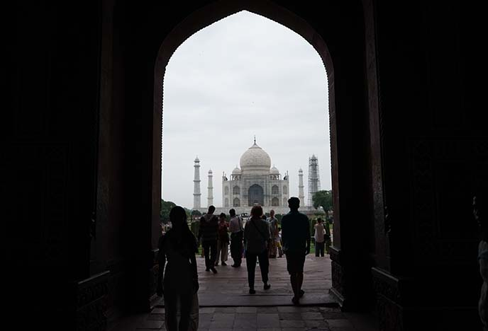 taj mahal entrance fee hours