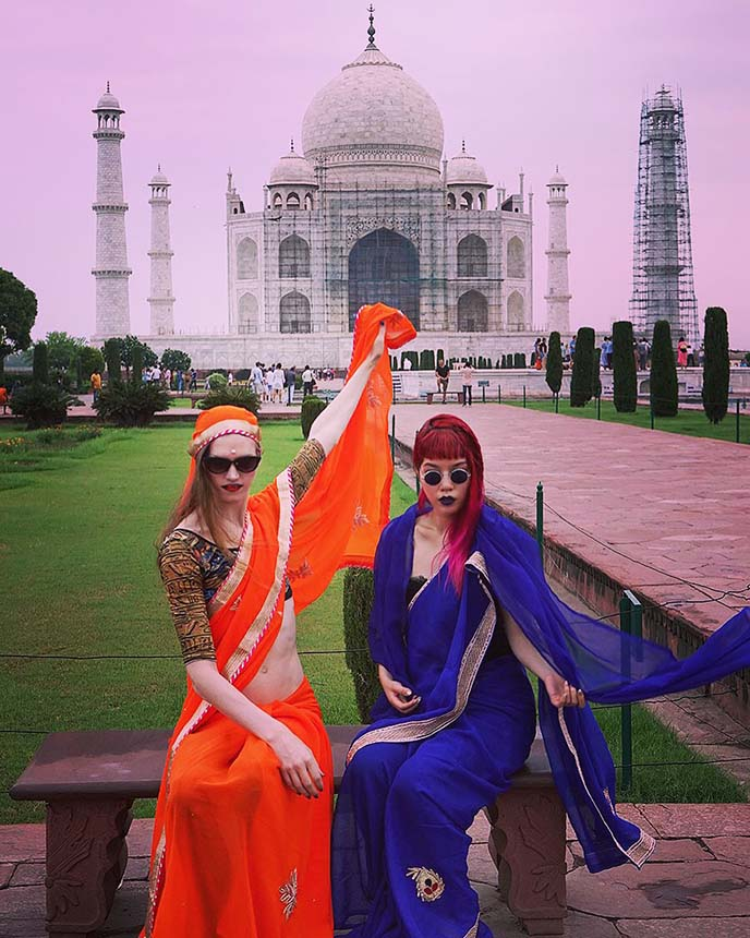 female travel bloggers taj mahal sari outfits