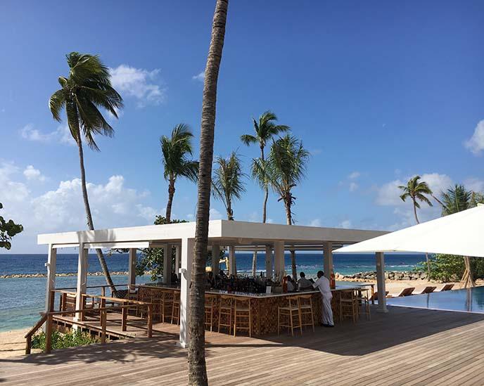 minitas beach club bar