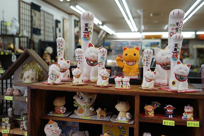 maneki neko statues souvenirs