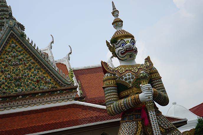 Wat Phra Kaew statue gate