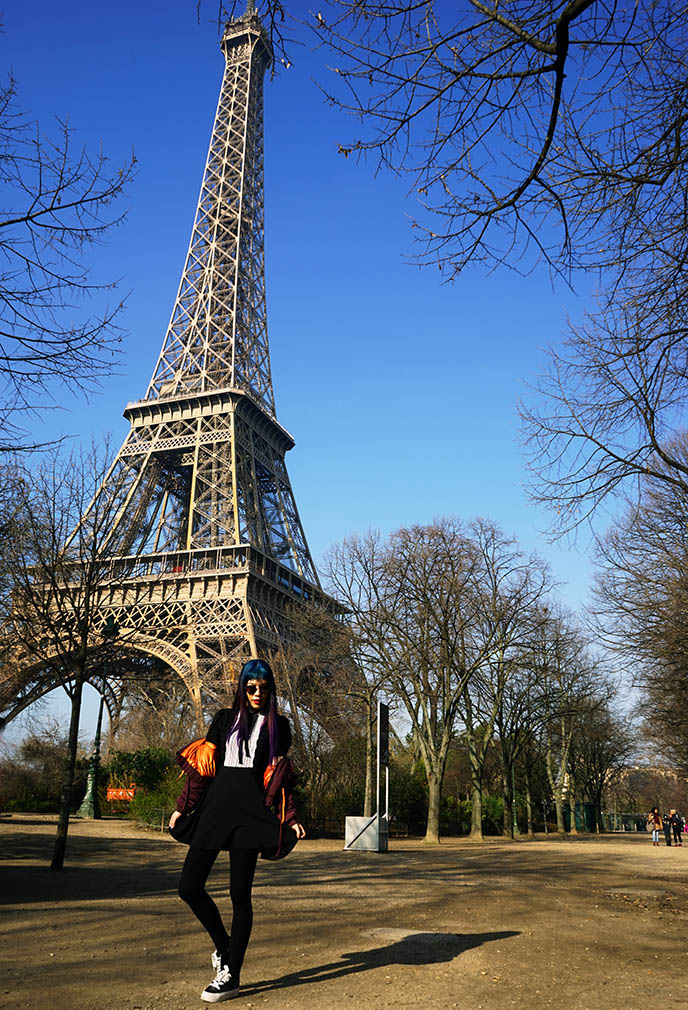 travel fashion blogger eiffel tower pose