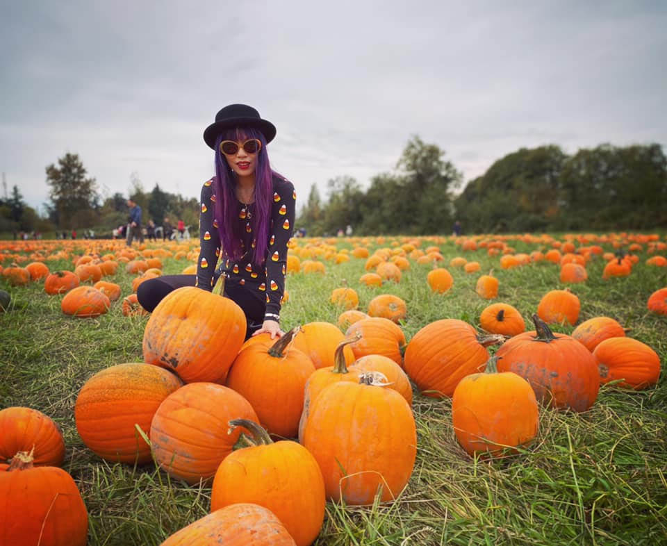 fashion bloggers pumpkin patch, halloween photoshoot style