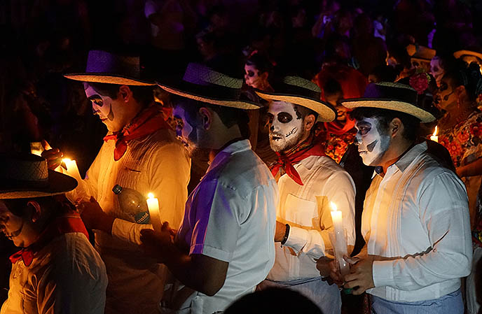 Celebrating Day of the Dead in Mérida cemetery
