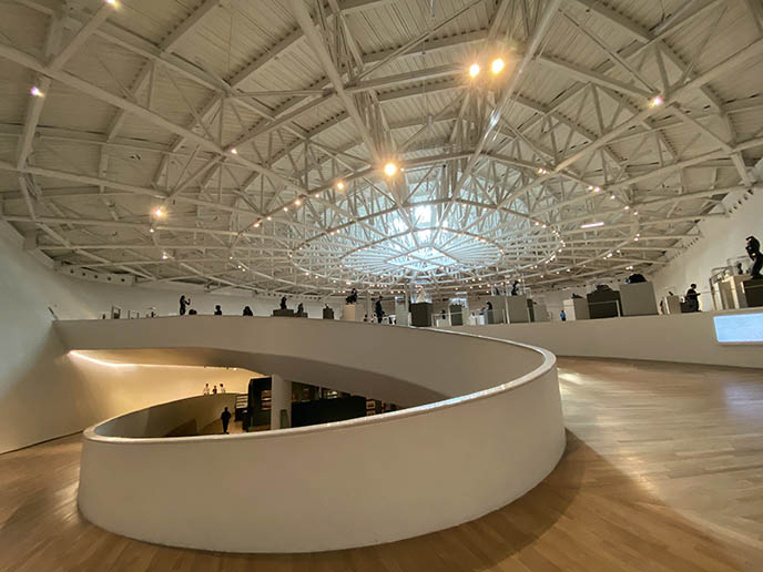 interior museo soumaya winding ramp