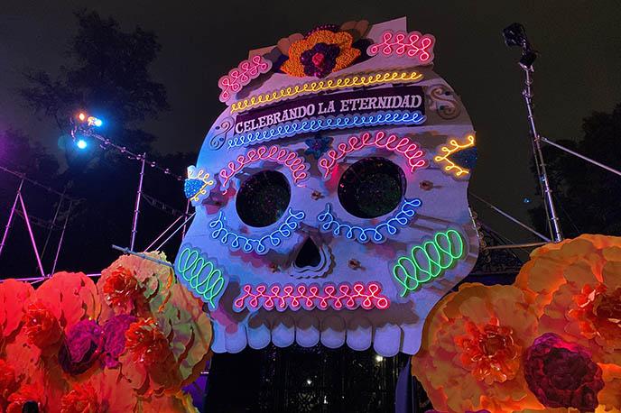 celebrando la eternidad chapultepec, big light up skull mexico city